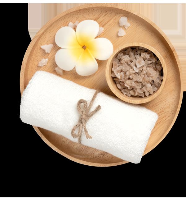 Houten schaal met frangipani, zout en handdoek